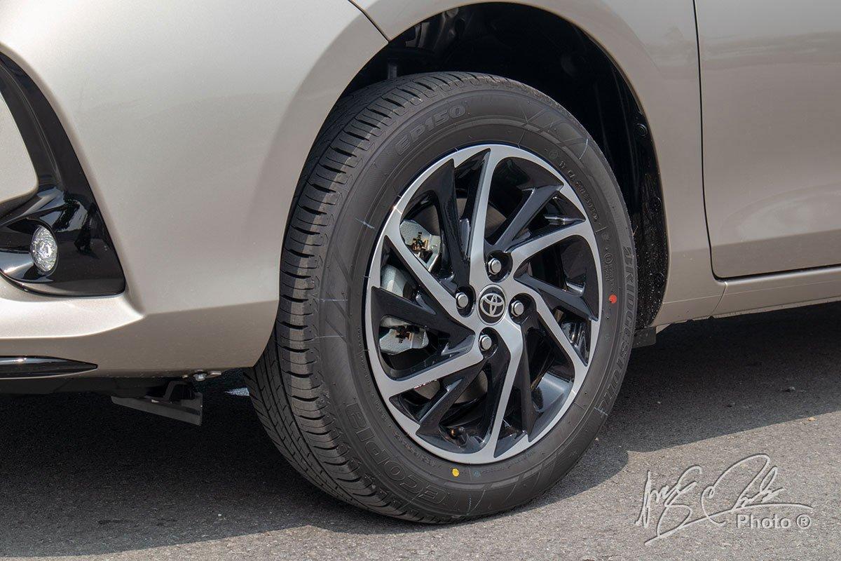 Đánh giá xe Toyota Vios G CVT 2021: Thiết kế la-zăng mới 2 tông màu.