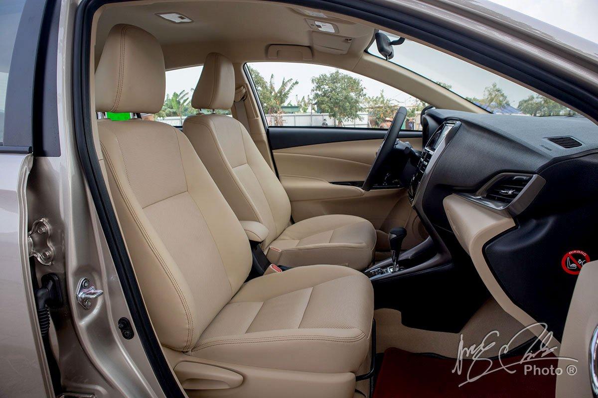 Đánh giá xe Toyota Vios G CVT 2021: Ghế phụ.