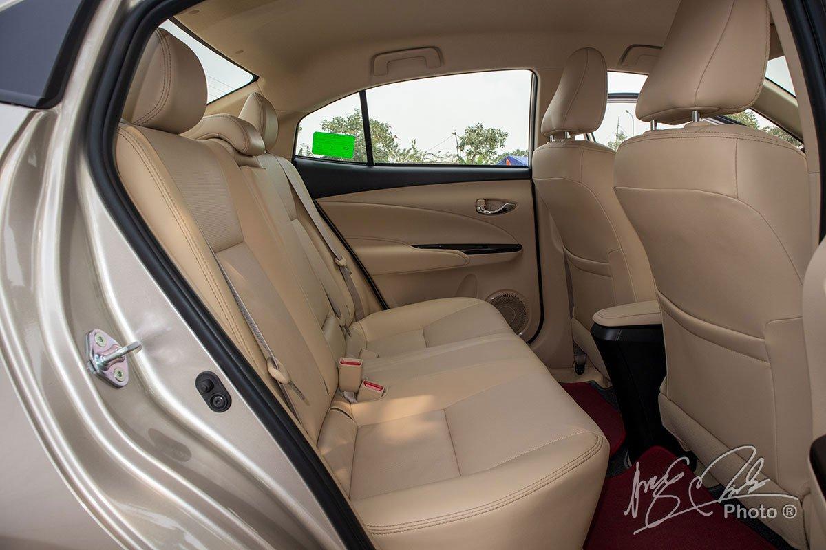 Đánh giá xe Toyota Vios G CVT 2021: Không gian hàng ghế phía sau.