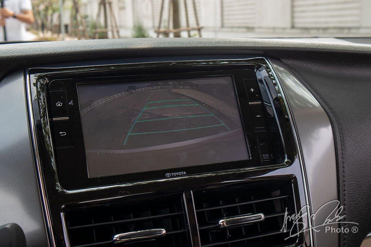 Đánh giá xe Toyota Vios G CVT 2021: Camera lùi tích hợp cảm biến 4 điểm.