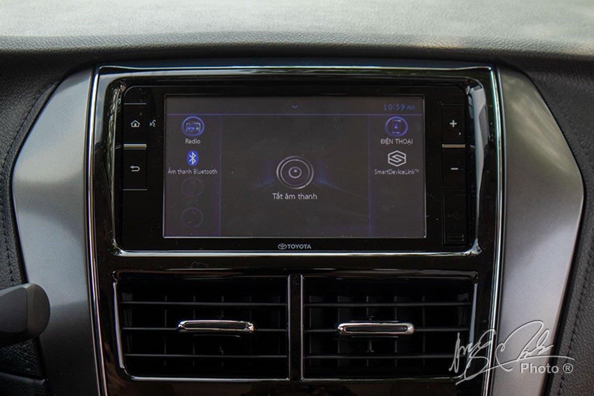 Đánh giá xe Toyota Vios G CVT 2021: Màn hình giải trí tích hợp Apple CarPlay và Android Auto.