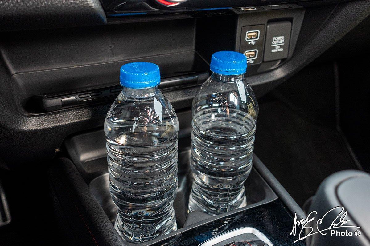 Khu vực để chai nước gần bảng điều khiển của Honda City RS 2021.