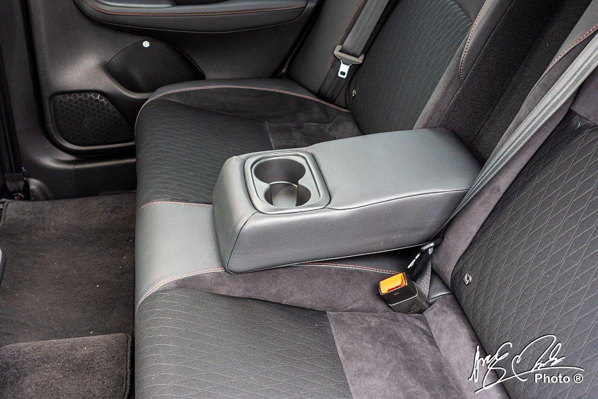 Tựa tay hàng ghế sau tích hợp chỗ để cốc của Honda City RS 2021.