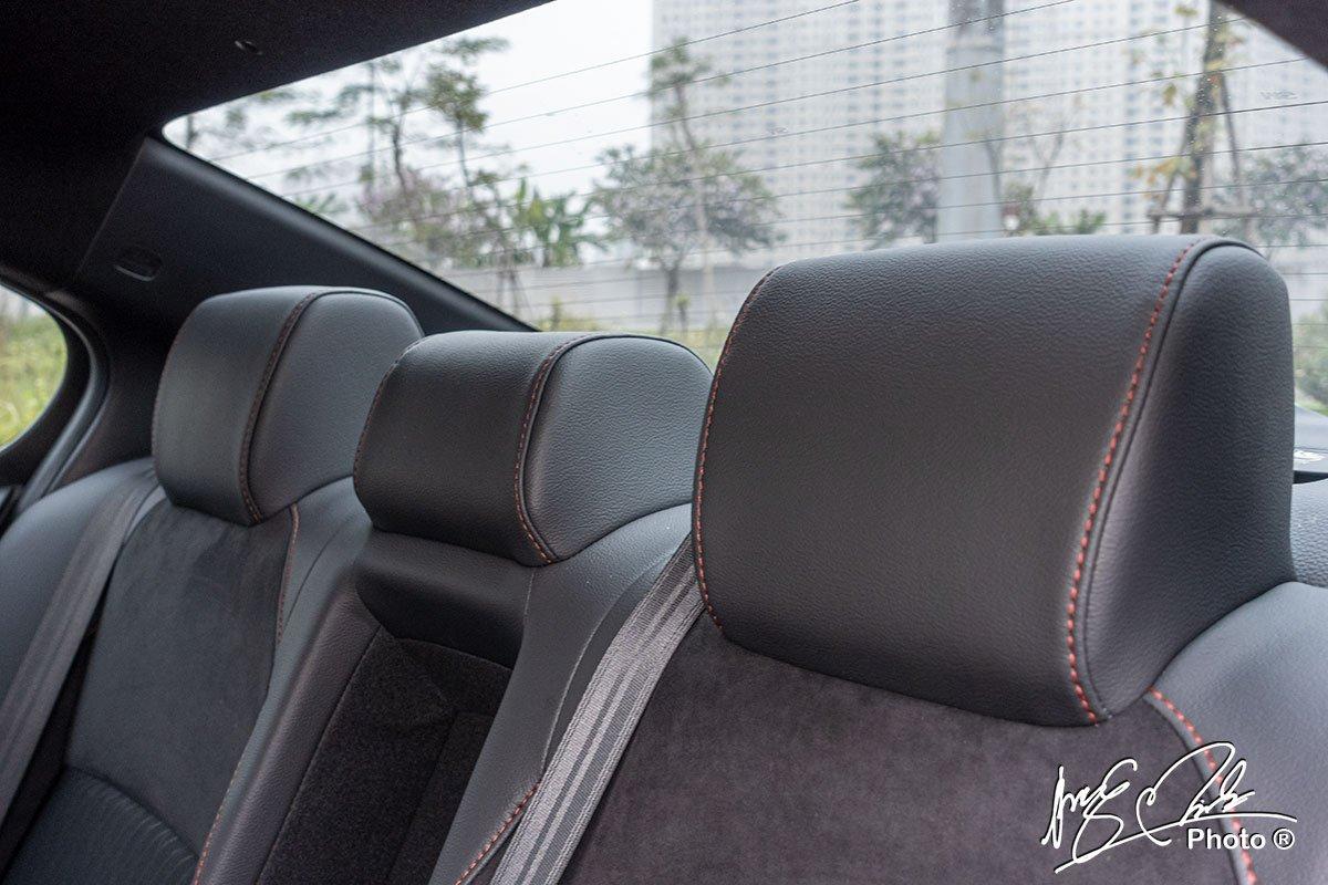 Tựa đầu hàng ghế sau của Honda City RS 2021 bị cố định.