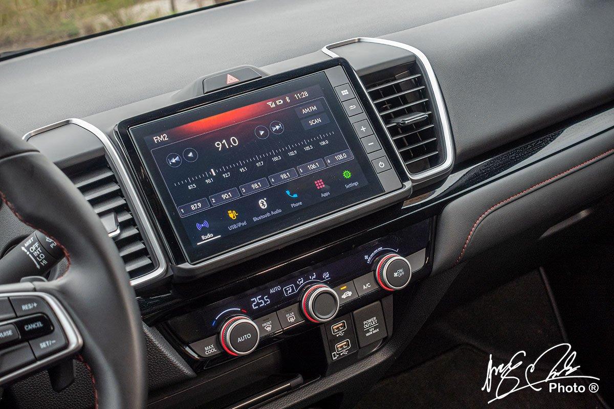 Màn hình giải trí trung tâm kích thước lớn 8 inch, tích hợp kết nối Android Auto và Apple CarPlay.