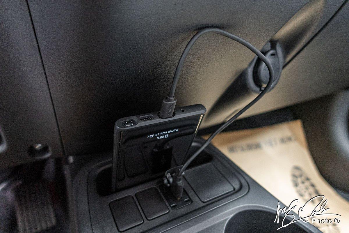 Vị trí để cốc của Mitsubishi Attrage 2021 có thêm cổng sạc kiêm kết nối với màn hình giải trí.
