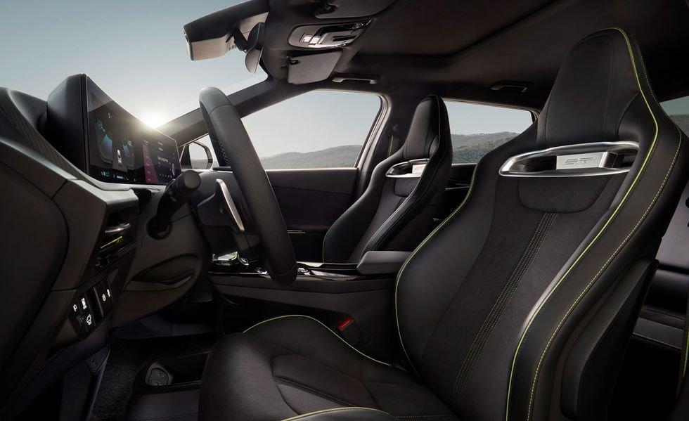 Kia EV6 GT 2022 là mẫu xe điện đầu tiên của hãng.