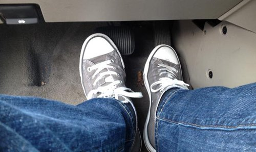 Không nên lái xe số tự động bằng 2 chân.