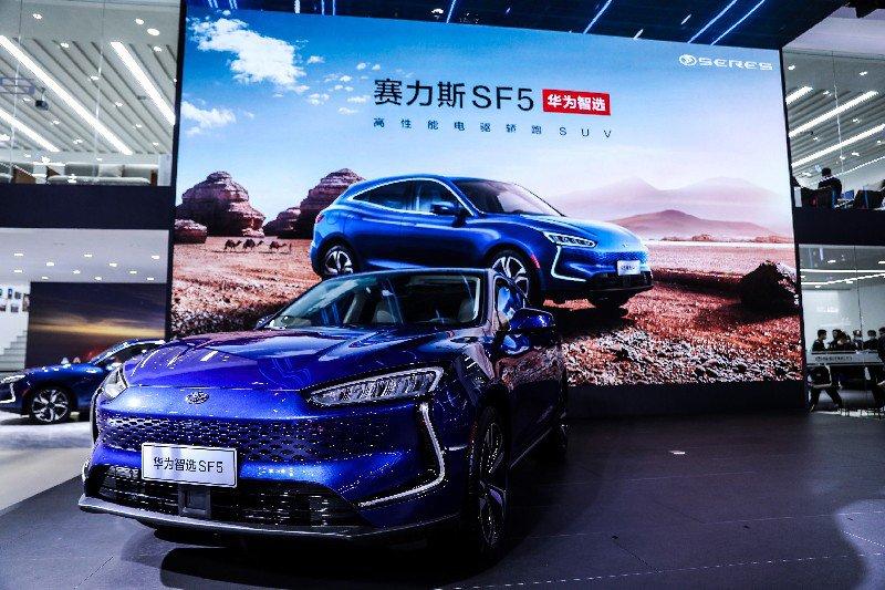 Huawei giới thiệu chiếc xe điện đầu tiên - Ảnh 2.