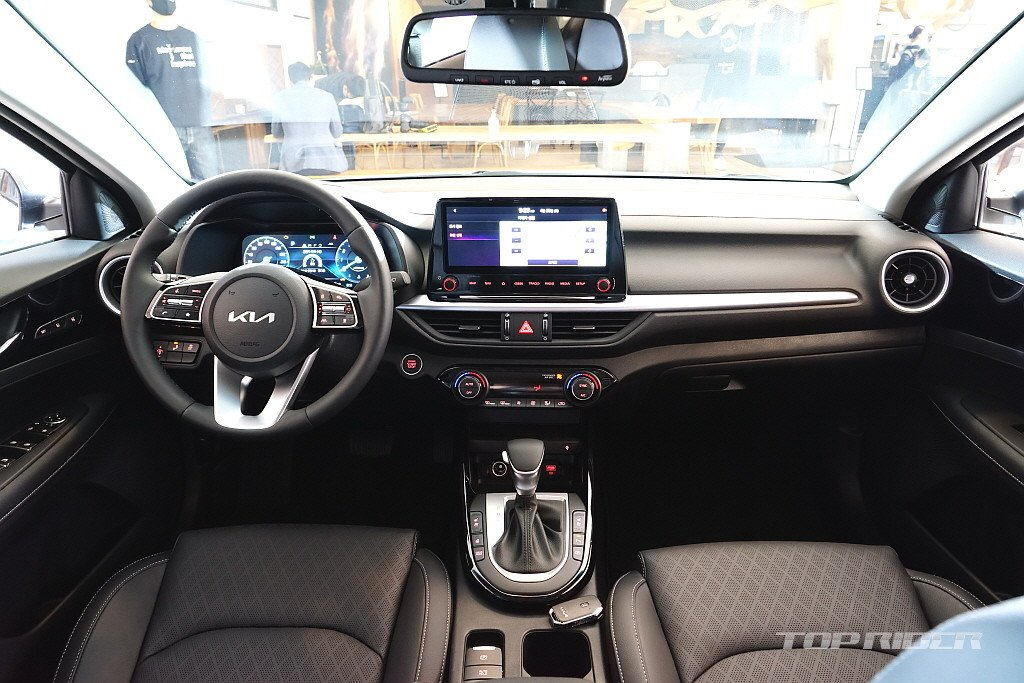 Nội thất Kia Cerato 2021 sở hữu hàng loạt trang bị và tính năng hiện đại.