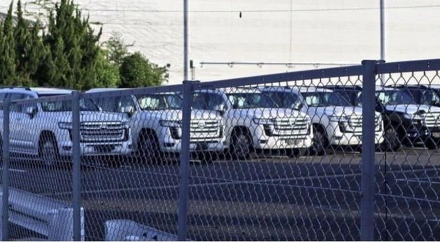 Lộ diện hàng dài Toyota Land Cruiser thế hệ mới tại bãi đỗ xe.