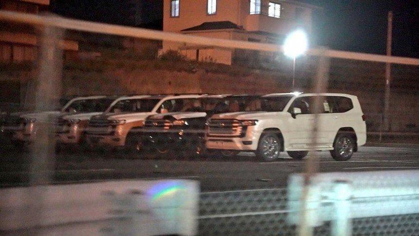 Lộ diện hàng dài Toyota Land Cruiser thế hệ mới tại bãi đỗ xe - Ảnh 2.