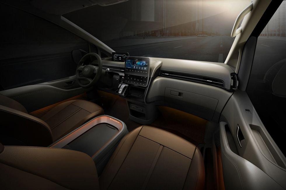MPV Hyundai Staria tích hợp trang bị, công nghệ hỗ trợ lái hiện đại.