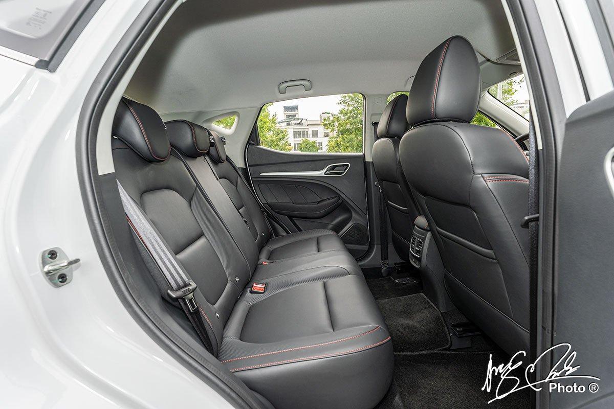 đánh giá xe MG ZS STD+ 2021: Hàng ghế sau có không gian ngồi rộng rãi.