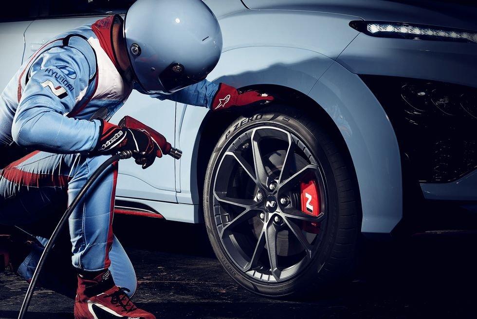 Hyundai Kona N 2022 sẵn sàng lăn bánh trên trường đua.