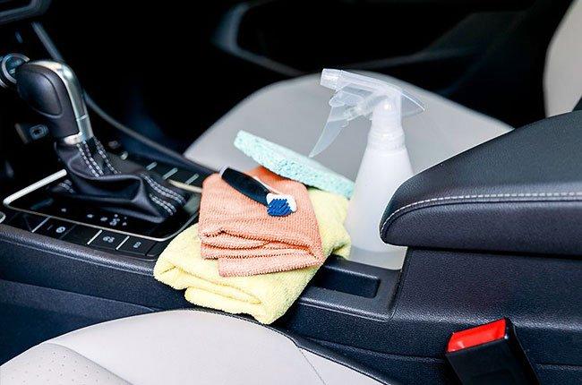 Cách làm sạch ghế ô tô bằng vải, da và da lộn