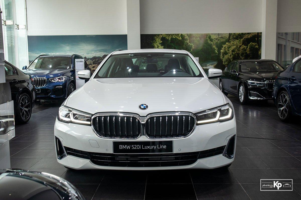 Chốt giá gần 2,5 tỷ đồng, BMW 520i Luxury 2021 có gì để đấu Mercedes-Benz E200 Exclusive a7