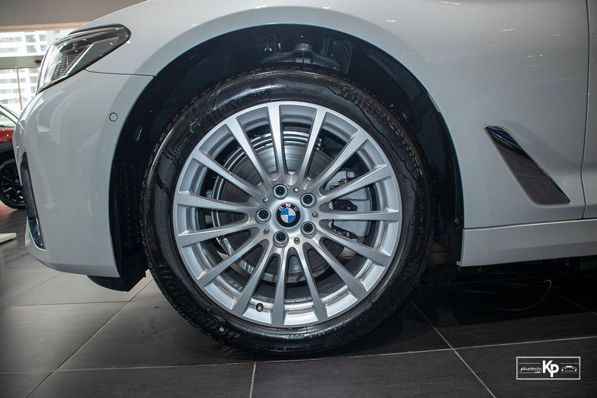 Chốt giá gần 2,5 tỷ đồng, BMW 520i Luxury 2021 có gì để đấu Mercedes-Benz E200 Exclusive a10