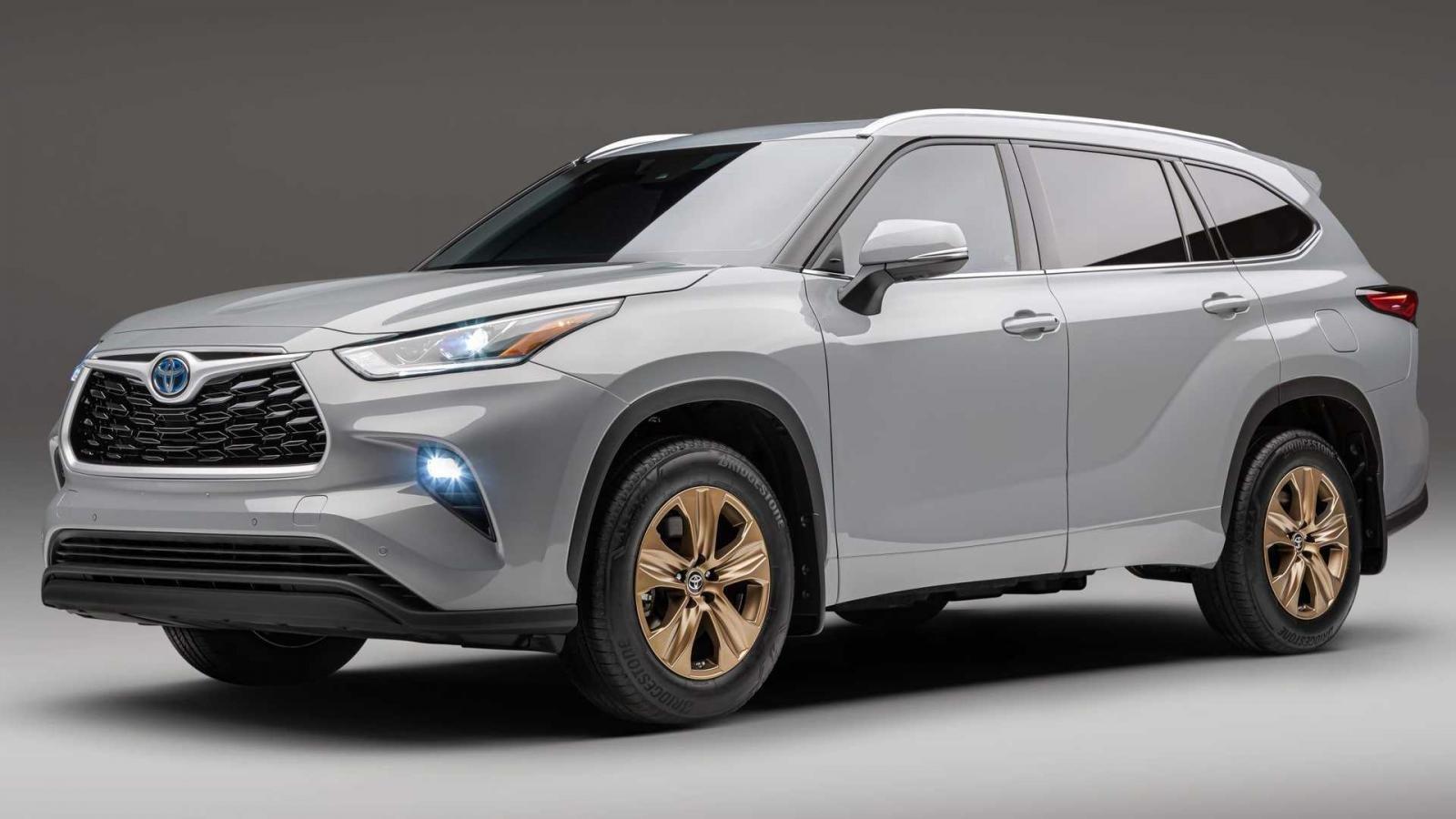 Toyota Highlander 2022 Bronze Edition bắt mắt với trang trí vàng đồng.