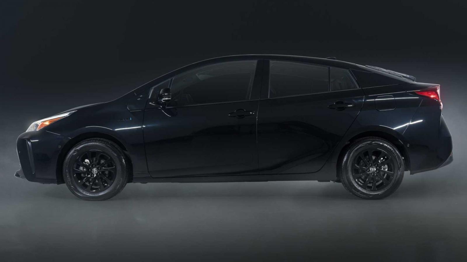 Toyota Prius 2022 Nightshade trang trí đen hoàn toàn.