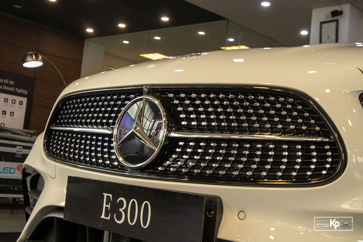 Rẻ hơn BMW 530i M-Sport 300 triệu đồng, Mercedes-Benz E300 AMG 2021 có gì hấp dẫn? a3