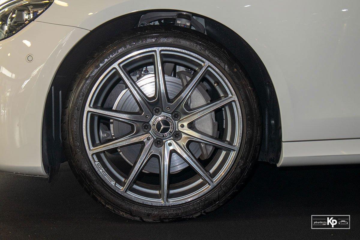 Rẻ hơn BMW 530i M-Sport 300 triệu đồng, Mercedes-Benz E300 AMG 2021 có gì hấp dẫn? a11