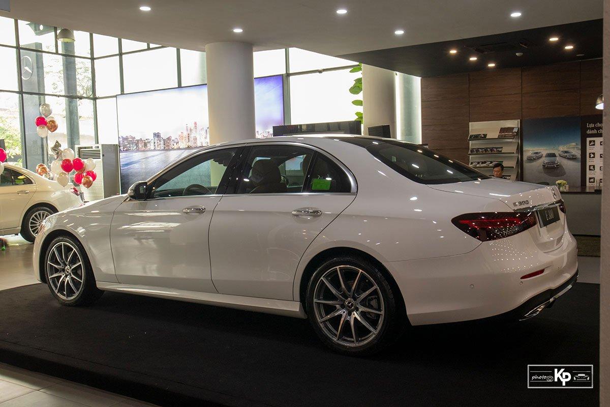 Rẻ hơn BMW 530i M-Sport 300 triệu đồng, Mercedes-Benz E300 AMG 2021 có gì hấp dẫn? a10