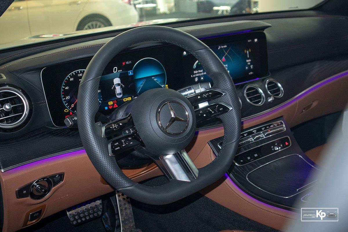Rẻ hơn BMW 530i M-Sport 300 triệu đồng, Mercedes-Benz E300 AMG 2021 có gì hấp dẫn? a22