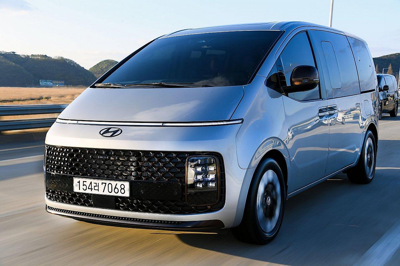 Hyundai Staria 2021 lên lệ với giá 1,26 tỷ đồng.