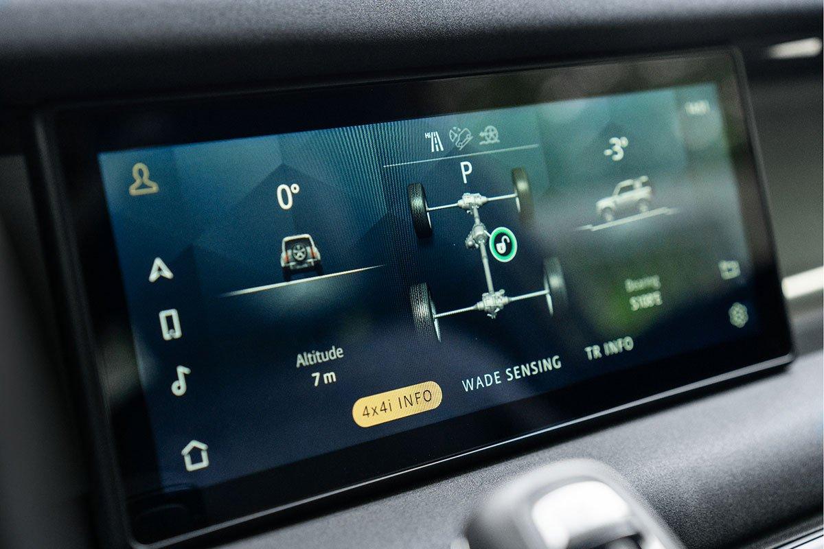 Land Rover Defender còn thỏa mãn khách hàng cá tính.