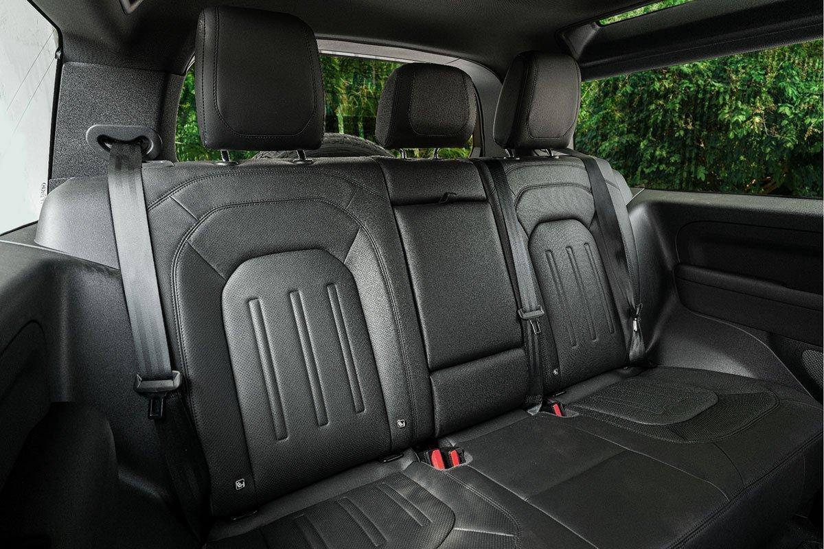 Các ghế ngồi trên LandRover Defender 90 có thể tùy chỉnh gập xuống.
