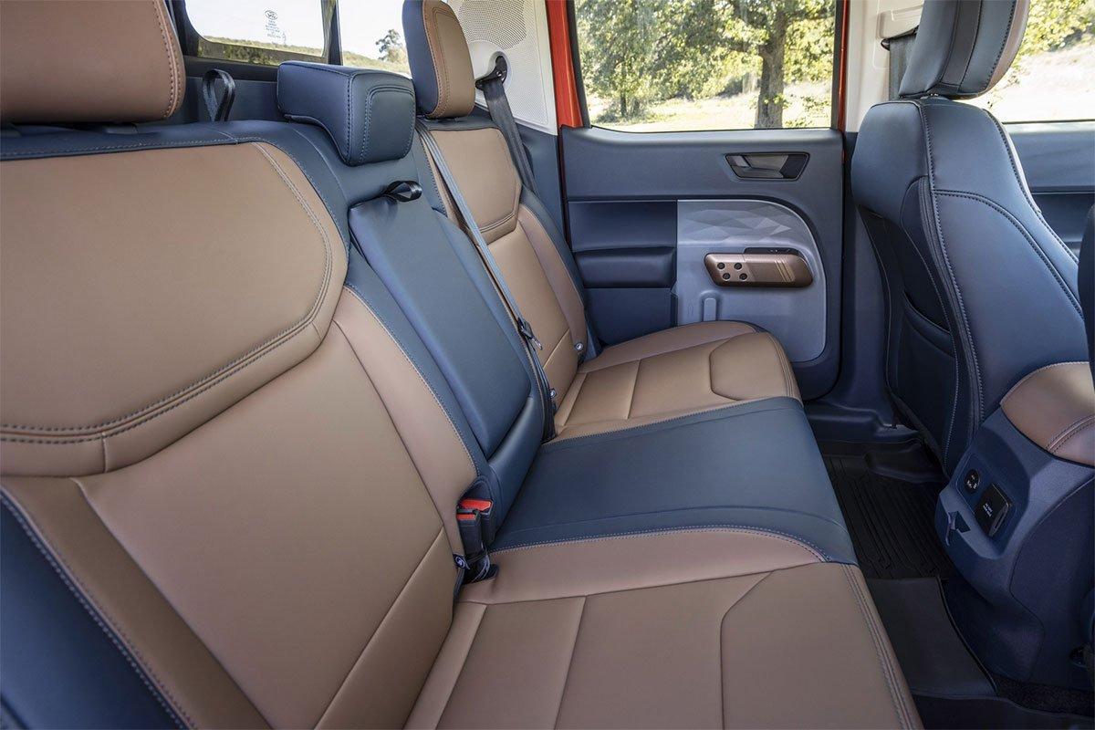 Ford Maverik có ghế bọc da hai tông màu... tương tự như mẫu Ford Bronco Sport.