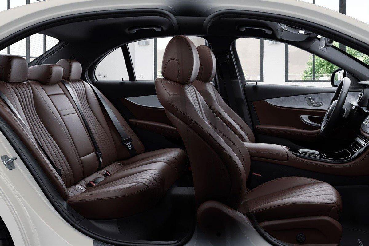 Mercedes-Benz E180 2021 trang bị ghế thể thao bọc da và ghi nhớ vị trí ngồi ở hàng ghế trước.