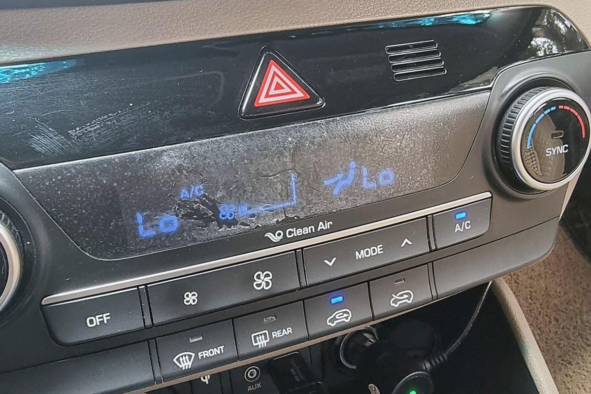 tinh dầu giá rẻ gây cháy, hư hại các chi tiết nội thất trên ô tô.