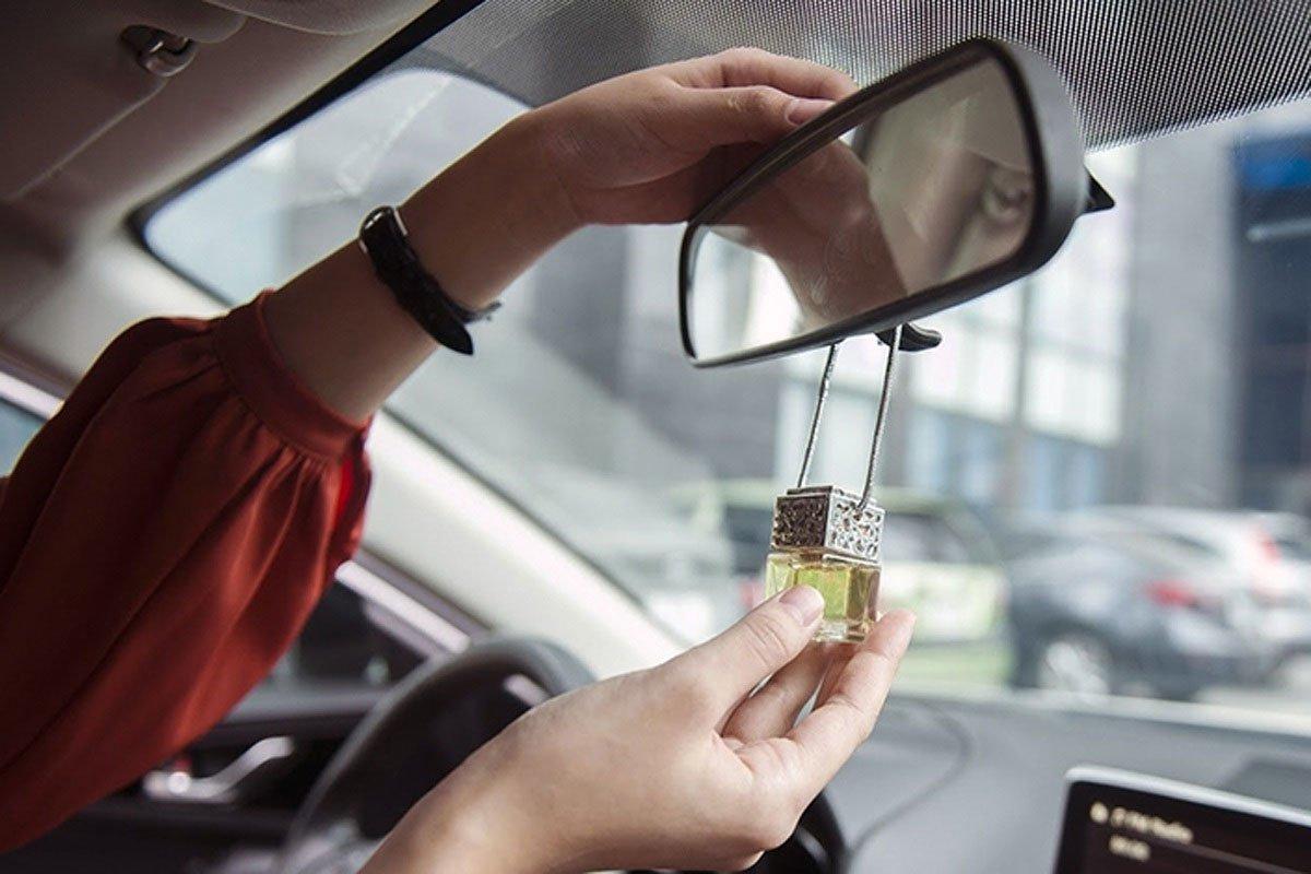 Dùng tinh dầu giá rẻ trong ô tô.