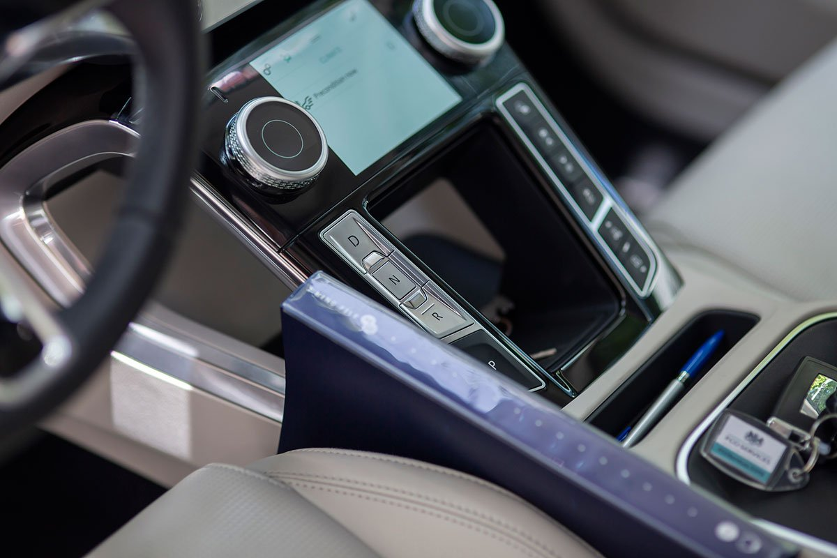 đây là mẫu Jaguar đầu tiên có hệ thống thông tin - giải trí Pivi Pro mới.