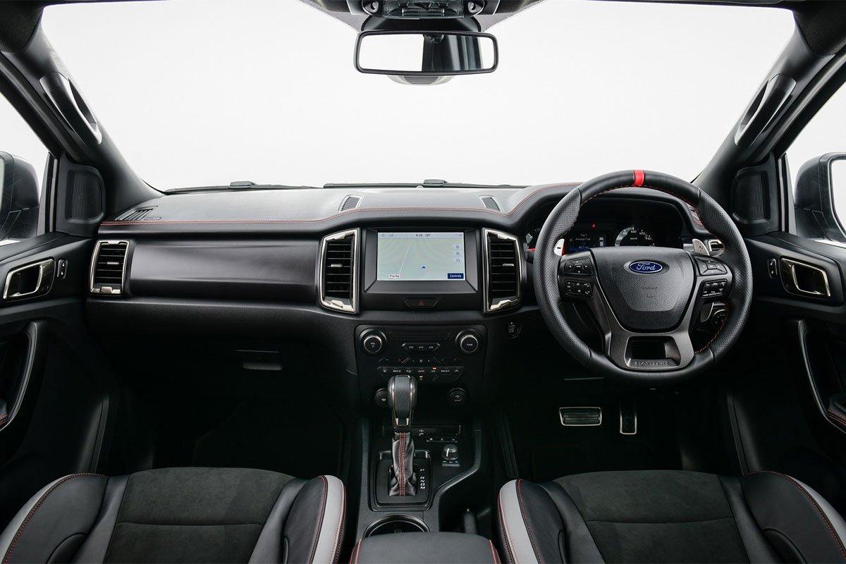 Ford Ranger Raptor X 2021 gây ấn tượng ngay với những đường khâu tương phản màu đỏ trên vô lăng.