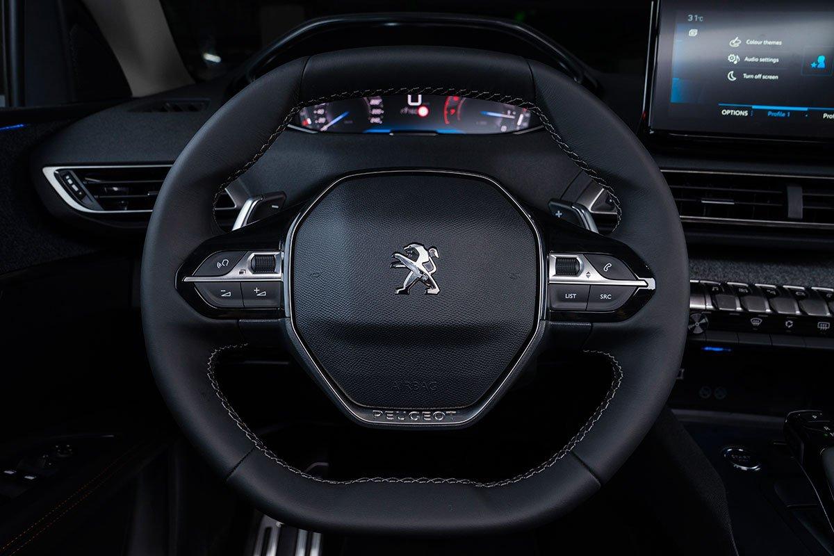 Nội thất Peugeot 3008 bản nâng cấp duy trì triết lý thiết kế i-Cockpit với vô-lăng vát D-cut.
