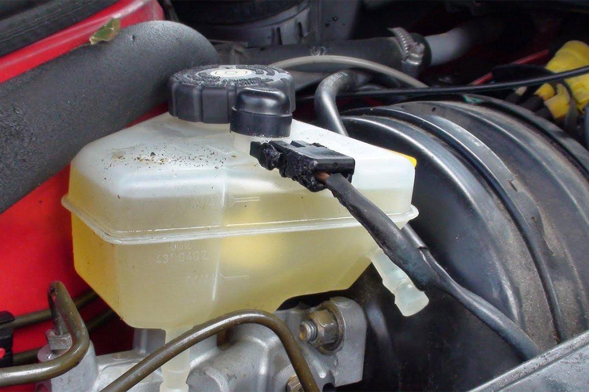 Bình chứa nước làm mát thường trong suốt để dễ đánh giá lượng nước còn lại.