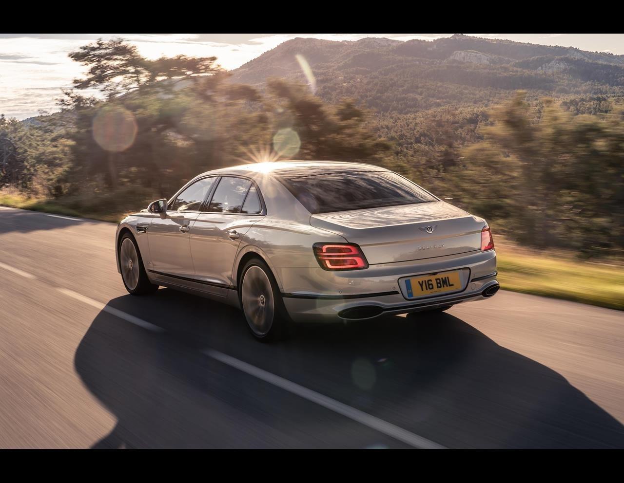 Bentley Flying Spur cuốn hút từ mọi góc nhìn.
