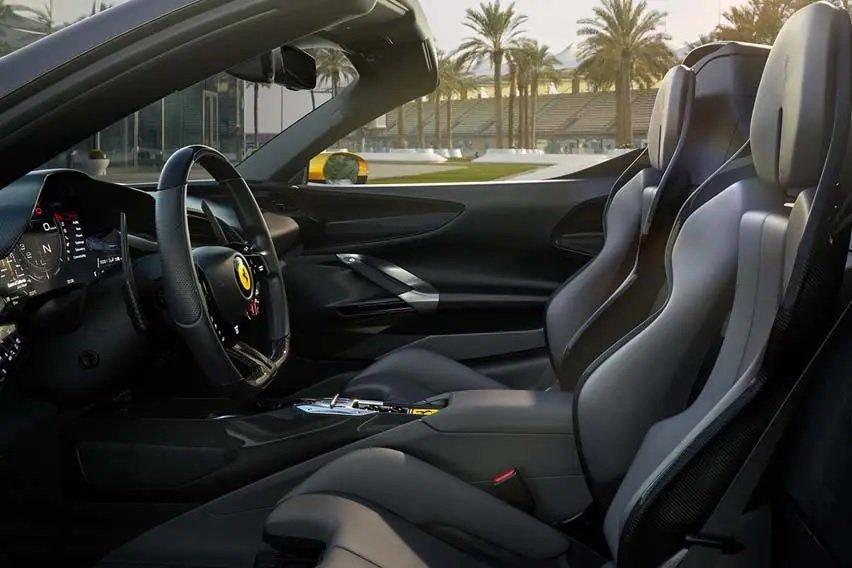 Ferrari SF90 Spider tích hợp công nghệ cao với loạt tính năng tiện lợi.