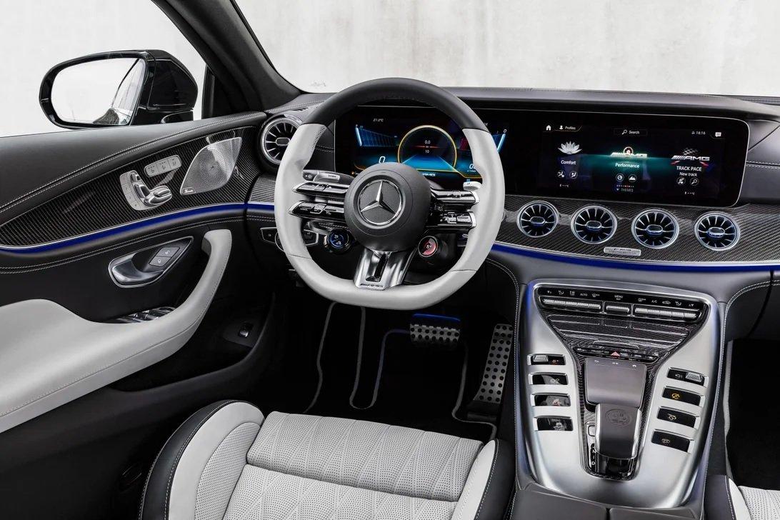 Mercedes-AMG GT cũng được tinh chỉnh về mặt nội thất.