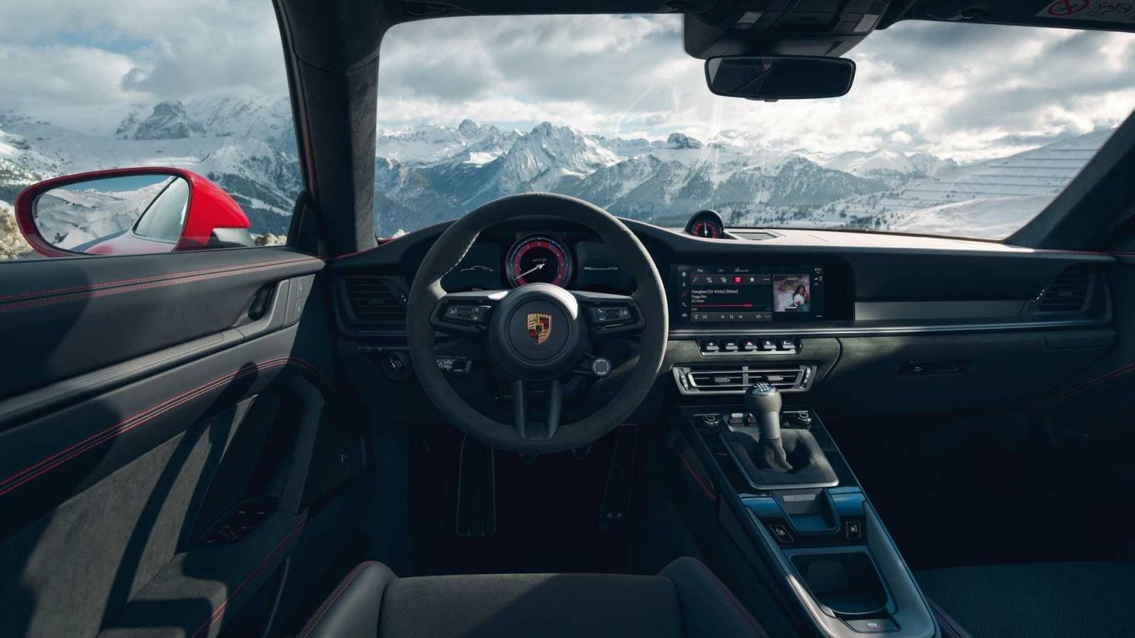 Porsche 911 GTS 2022 nội thất tối tân.