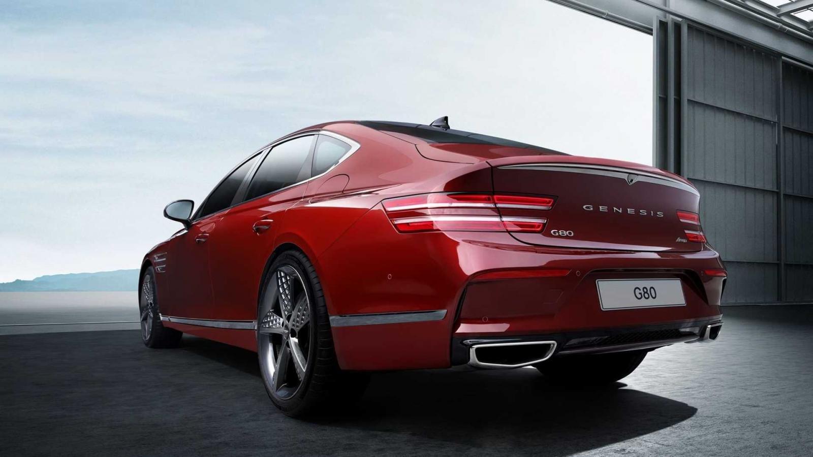 Genesis G80 Sport 2022 phản ứng sắc bén hơn với tính năng bẻ lái cầu sau, thu gọn bán kính quay xe.