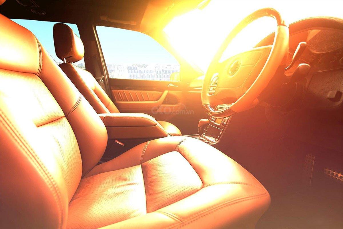 tia UVA từ mặt trời còn dễ dàng xuyên qua kính xe gây ảnh hưởng trực tiếp tới mắt và da của tài xế.