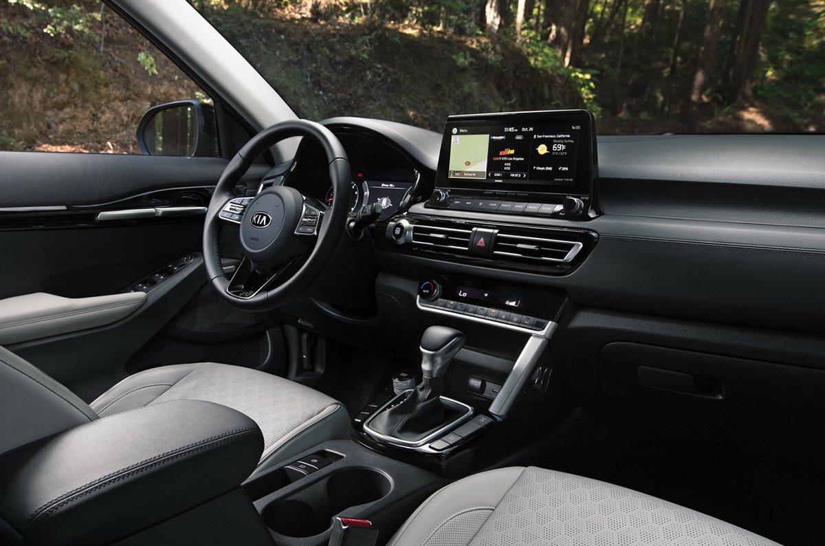 Bảng taplo hiện đại với màn hình cảm ứng 10.25 inch giúp người dùng dễ dàng thao tác.
