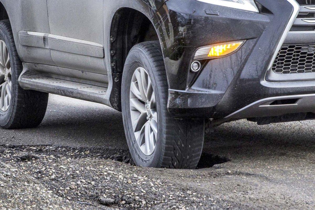 Đi xe qua ổ gà, gờ giảm tốc ở tốc độ cao sẽ khiến móp mâm xe.