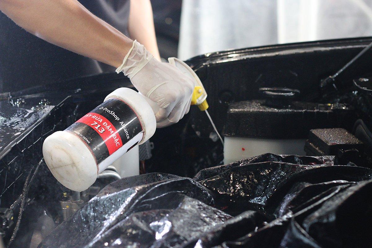 Tẩy sạch các loại dầu mỡ còn bám lại trên xe.