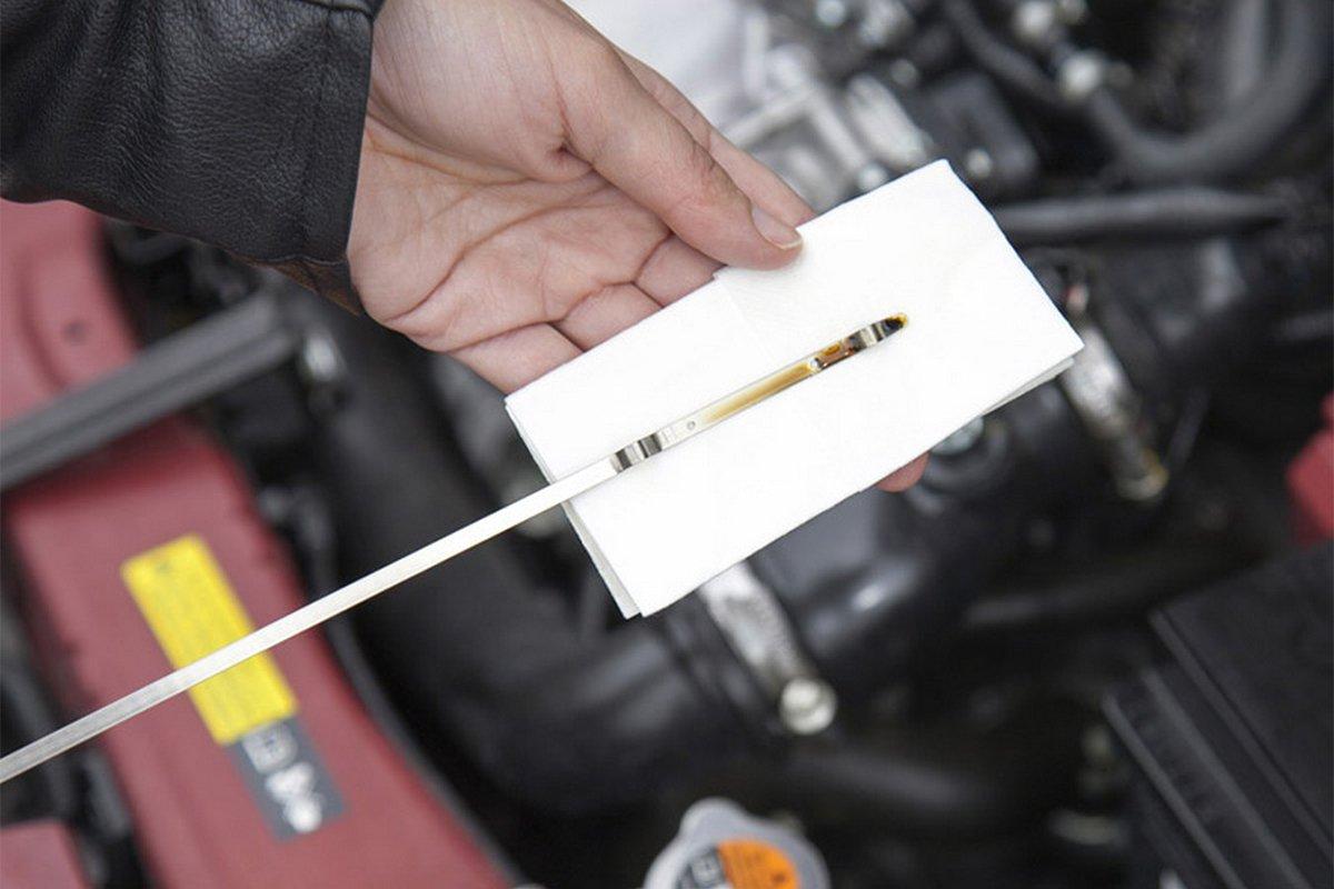 Khi dầu động cơ chuyển sang màu sẫm thì nên thay mới.