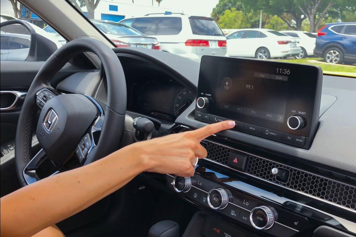 Video nữ Youtuber trải nghiệm xe Honda Civic 2022, điểm nhấn nội thất a10
